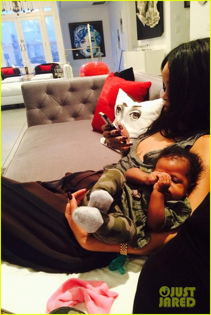 rihanna teaches her baby niece how to make selfie faces 05