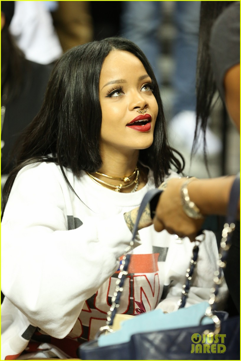 rihanna watches chris brown play basketball in courtside seats 02