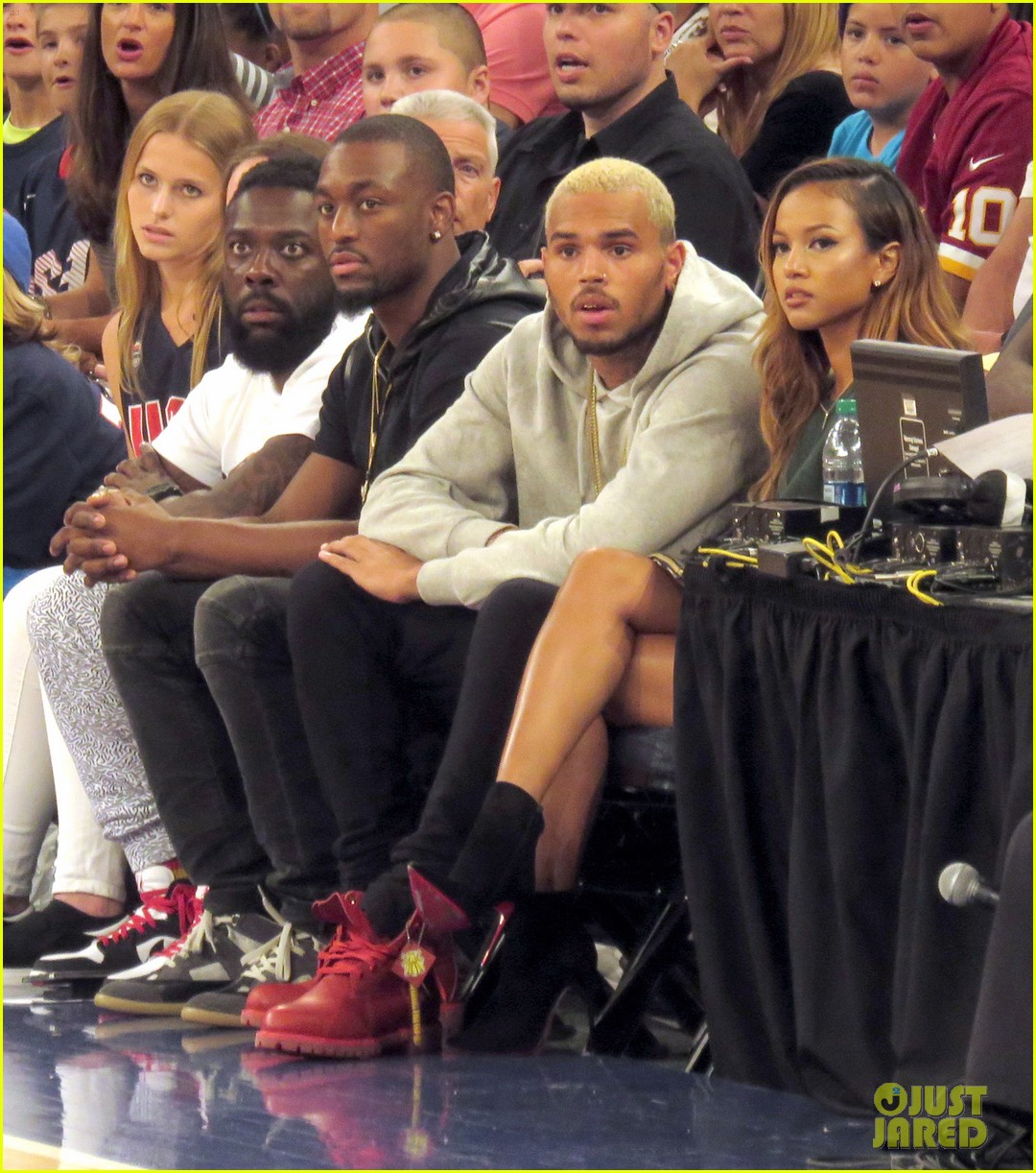 rihanna watches chris brown play basketball in courtside seats 04