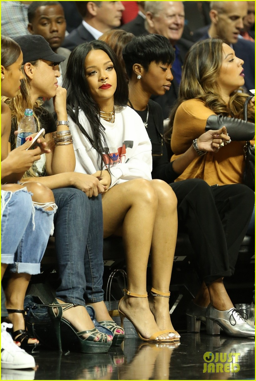 rihanna watches chris brown play basketball in courtside seats 16