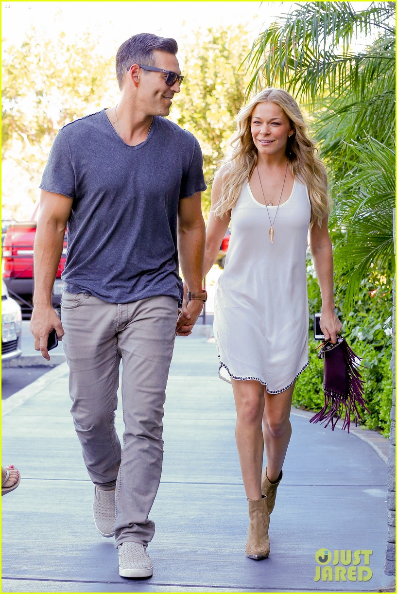 leann rimes steps out after getting backlash for rape joke 083185232