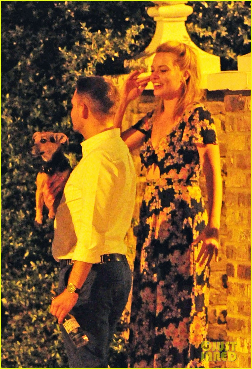 margot robbie passionately makes out with mystery man 08