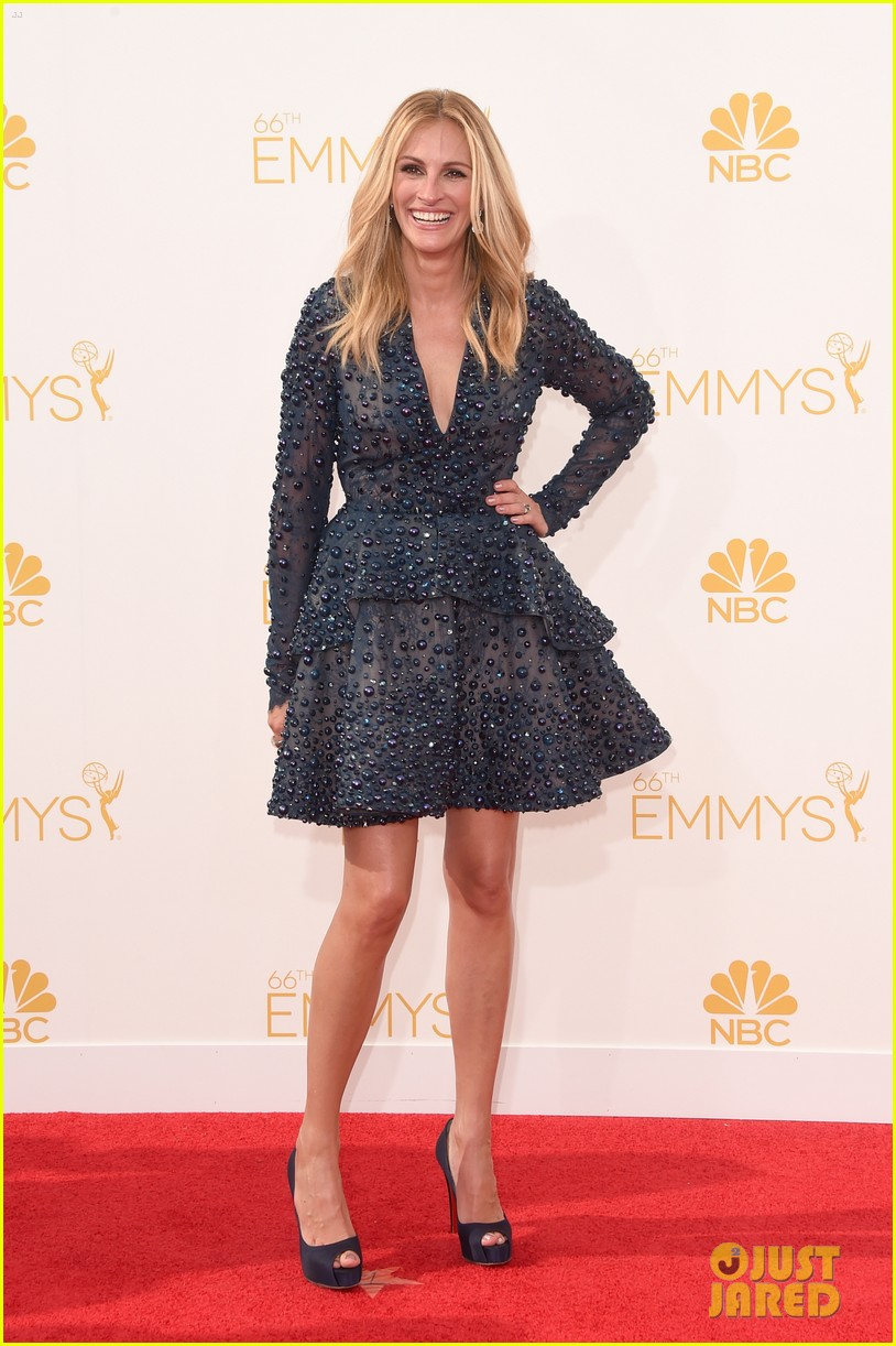 julia roberts looks amazing short dress at emmys 2014 033183483
