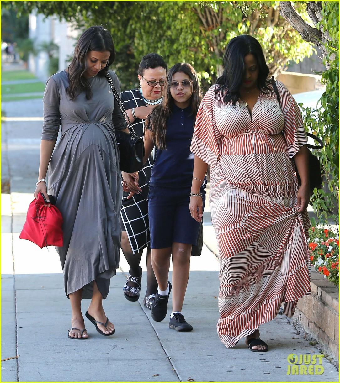 zoe saldanas cute dress accentuates her baby bump 053184748