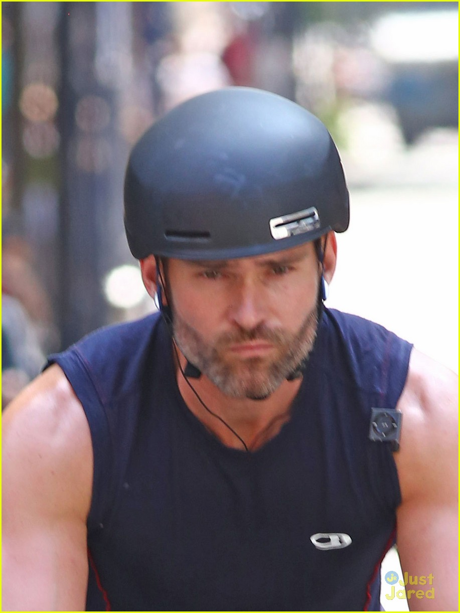 seann william scott arm muscles bike ride nyc 01