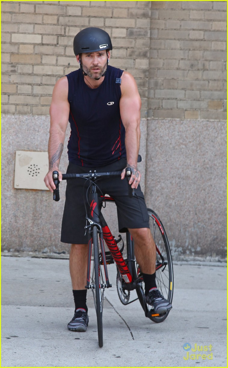 seann william scott arm muscles bike ride nyc 043180612