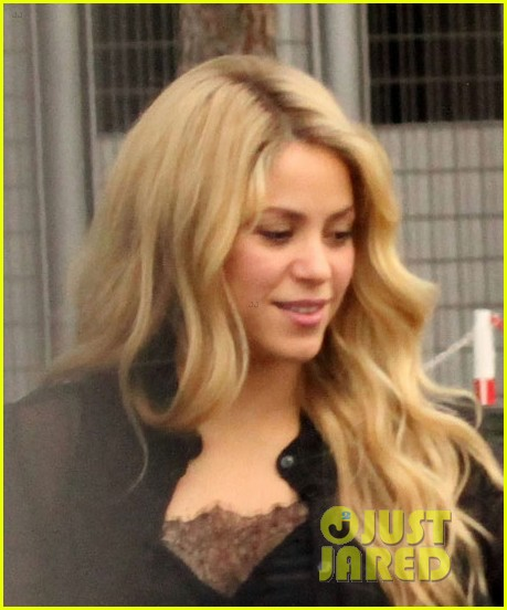 shakira steps out after announcing pregnancy news 043186319