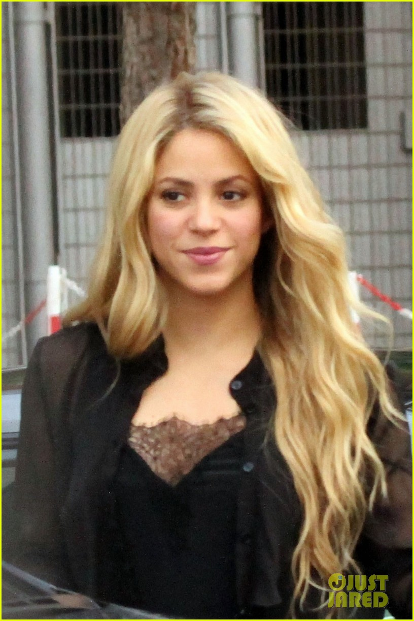 shakira steps out after announcing pregnancy news 05