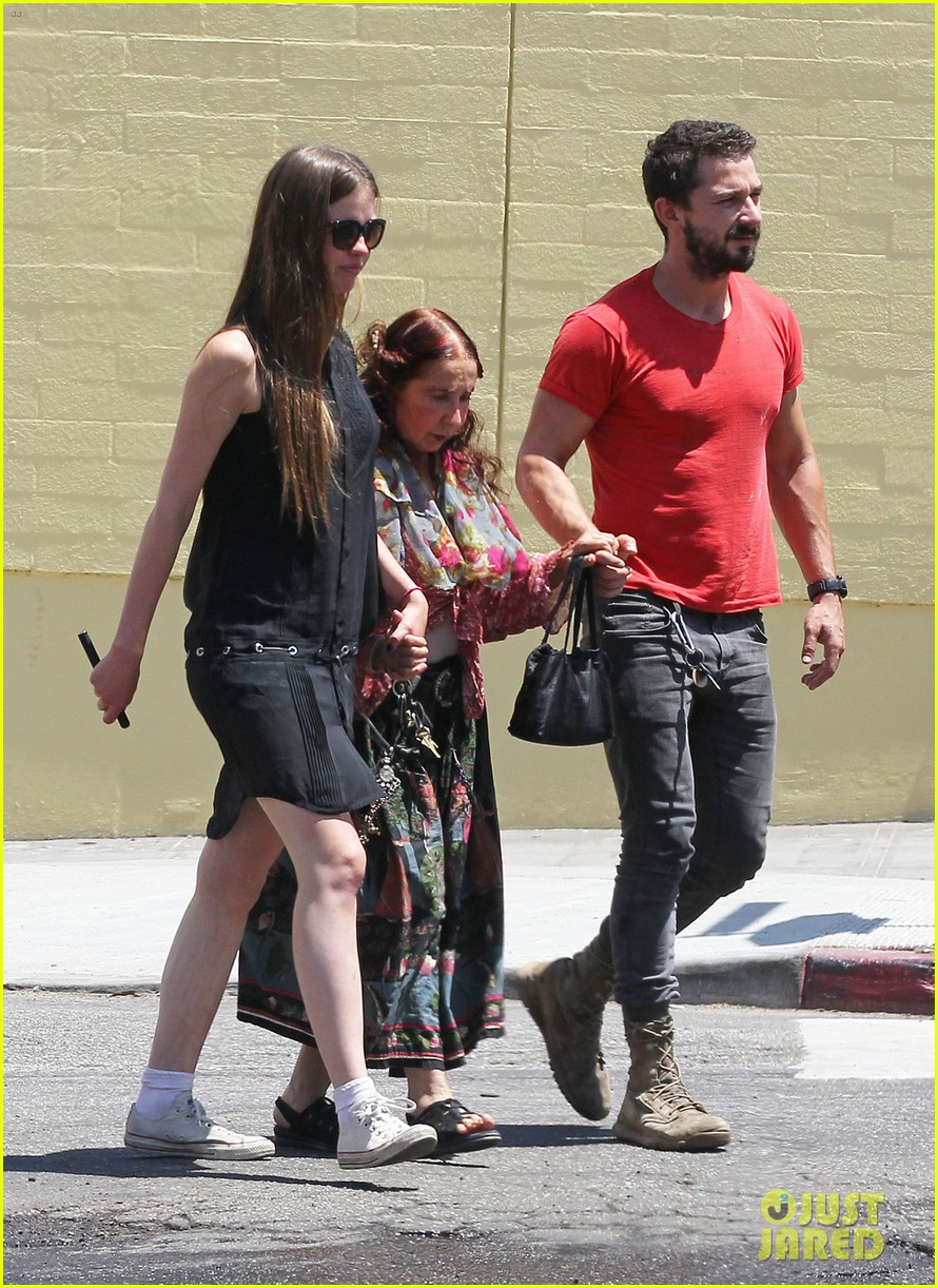 shia labeouf mia goth hold hands mom shayna 05