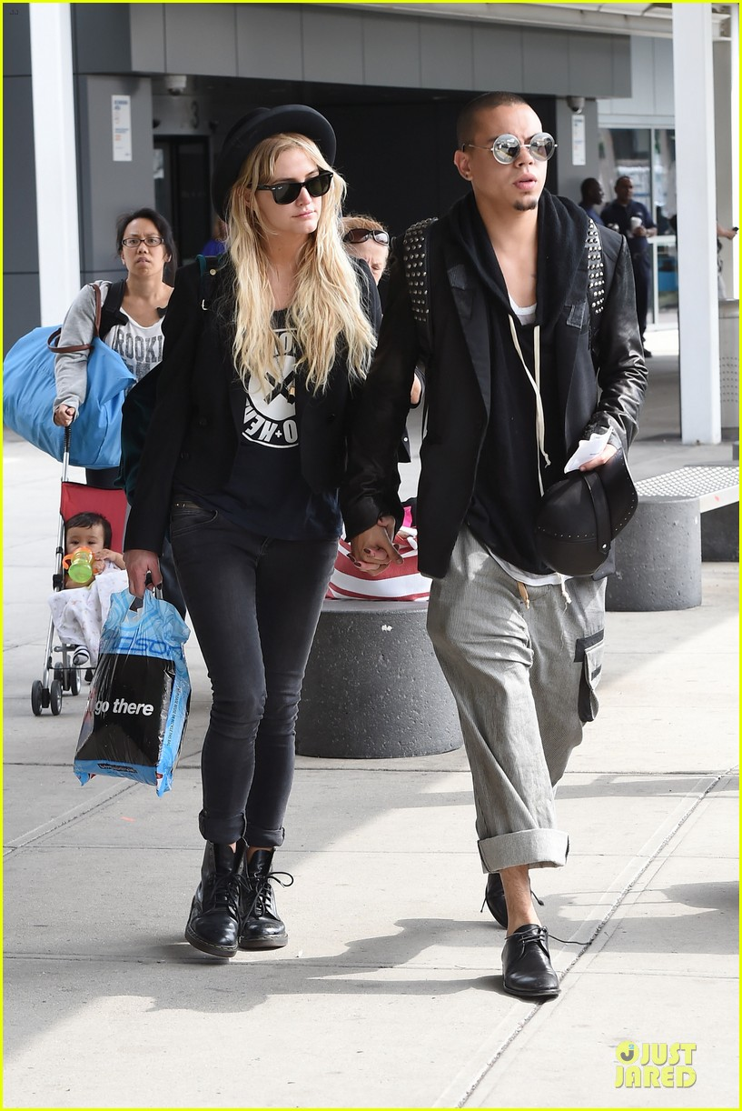ashlee simpson evan ross hold hands after bachelorette party 05