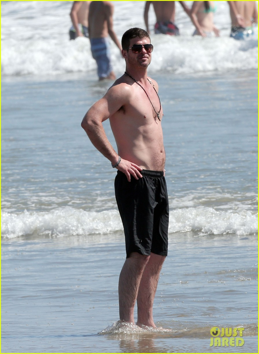 robin thicke shirtless beach 01