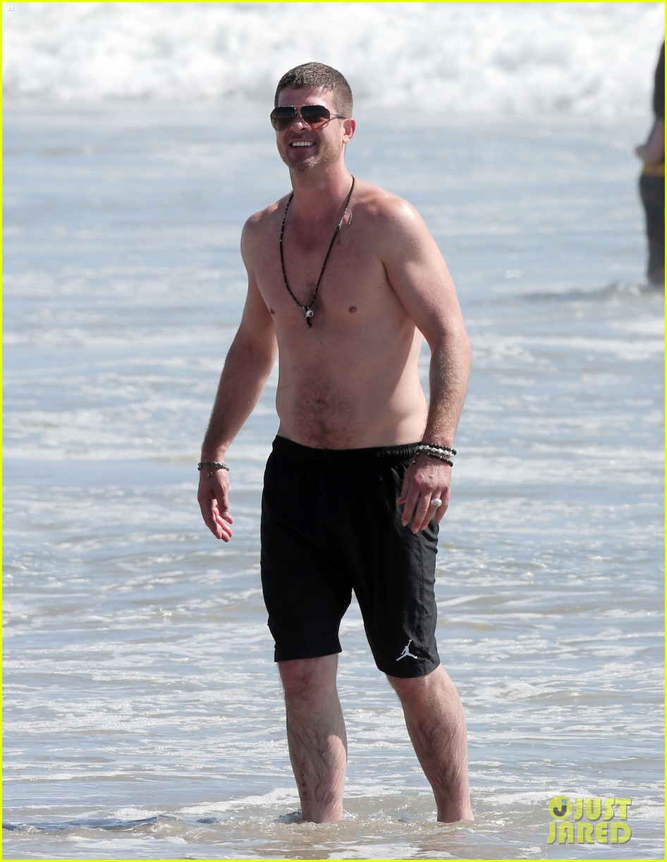 robin thicke shirtless beach 04