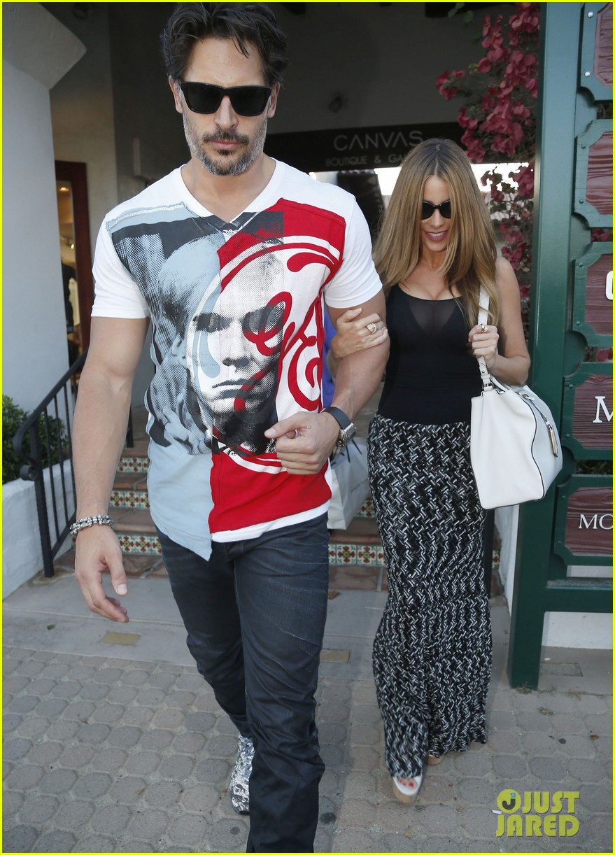 sofia vergara holds tight to joe manganiello huge bicep 15