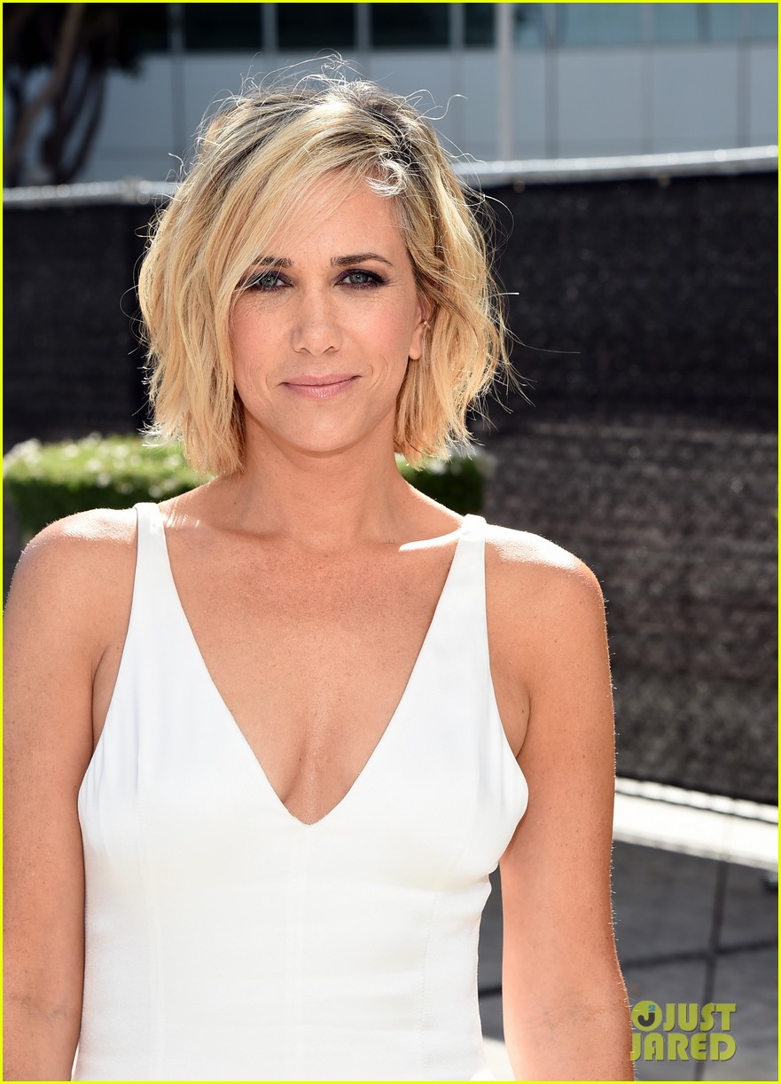 kristen wiig is so sleek in white emmys 2014 02