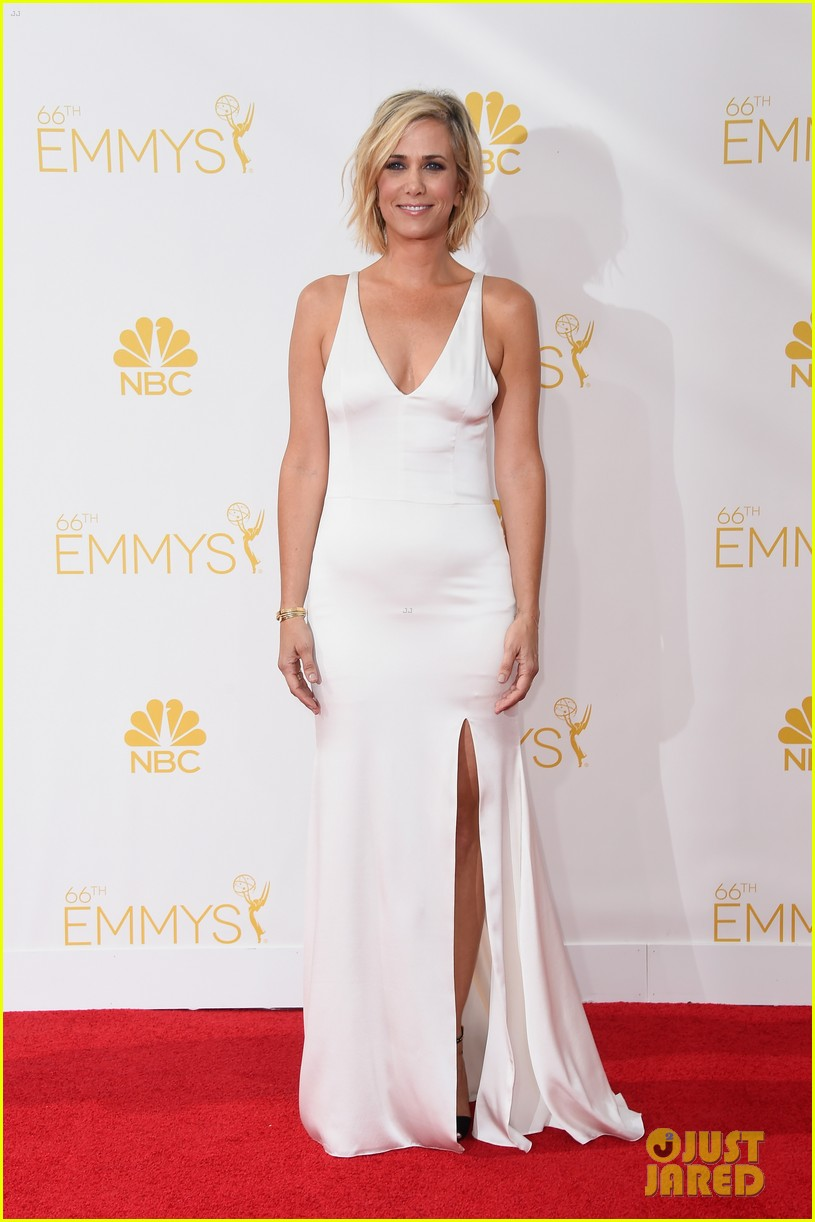 kristen wiig is so sleek in white emmys 2014 06