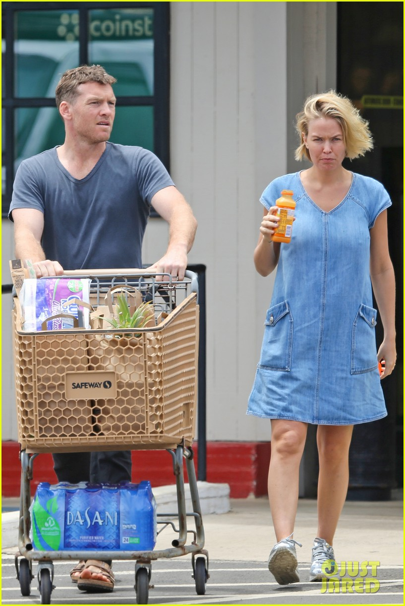 sam worthington lara bingle show off beach bodies in hawaii 063185727