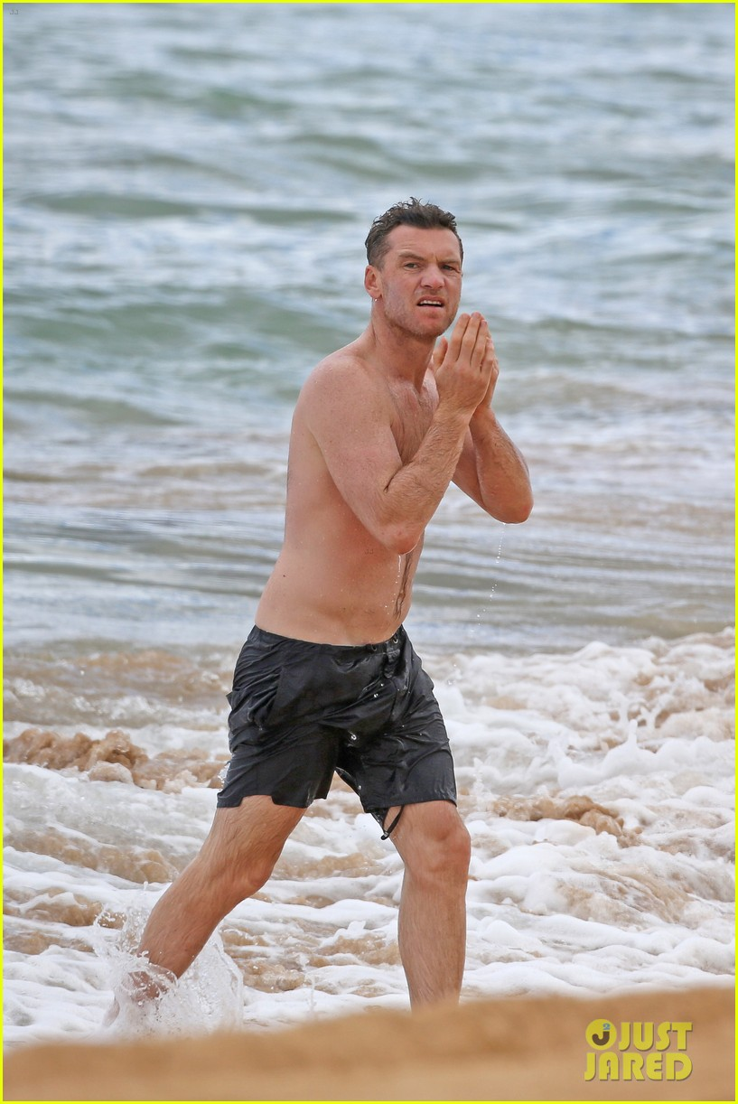 sam worthington lara bingle show off beach bodies in hawaii 173185738