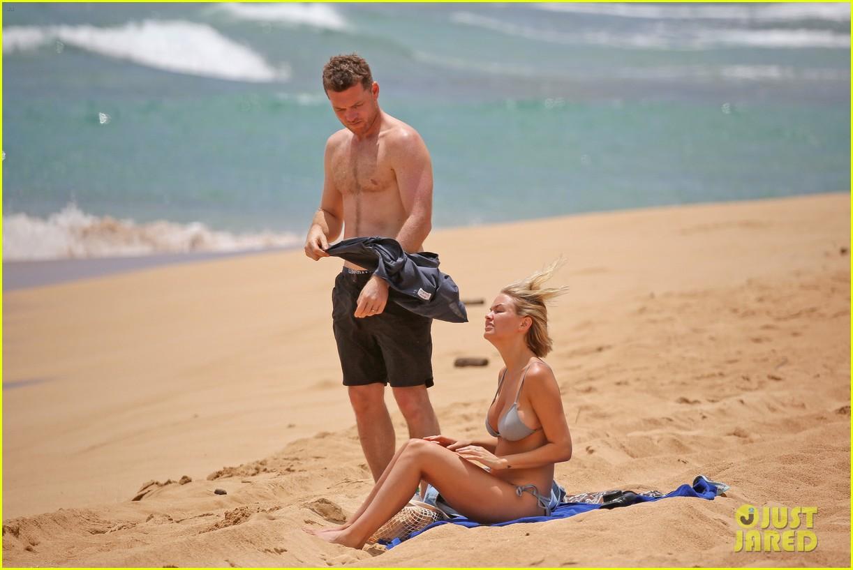 sam worthington lara bingle show off beach bodies in hawaii 203185741