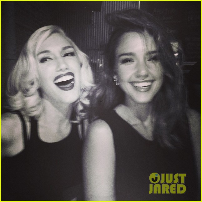 jessica alba stoked to see gwen stefani perform 043205736