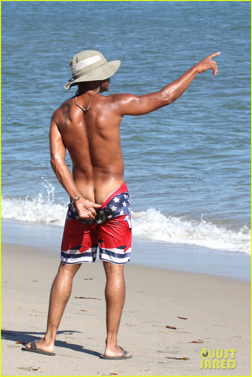 cuba gooding jr flashes his butt looks ripped beach 09