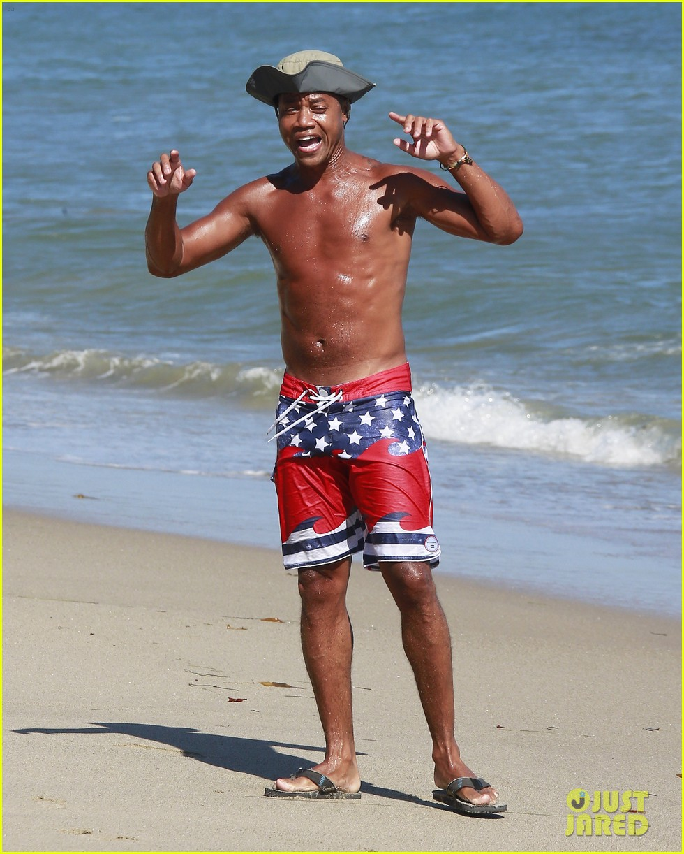 cuba gooding jr flashes his butt looks ripped beach 19