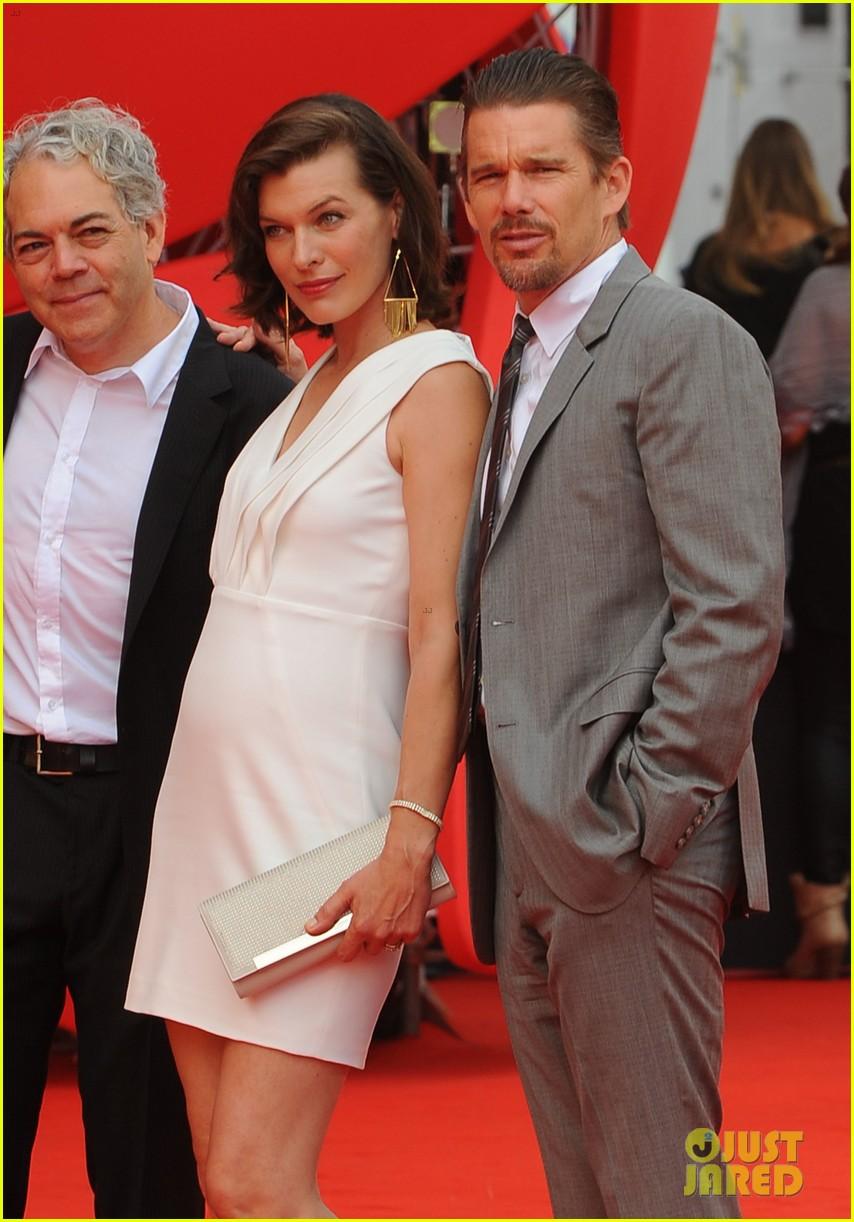 milla jovovich cradles baby bump at premiere 18