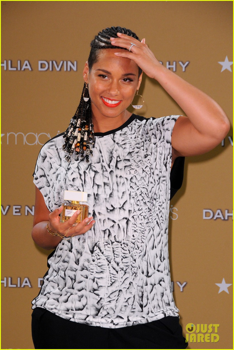 alicia keys flaunts small baby bump 103188254