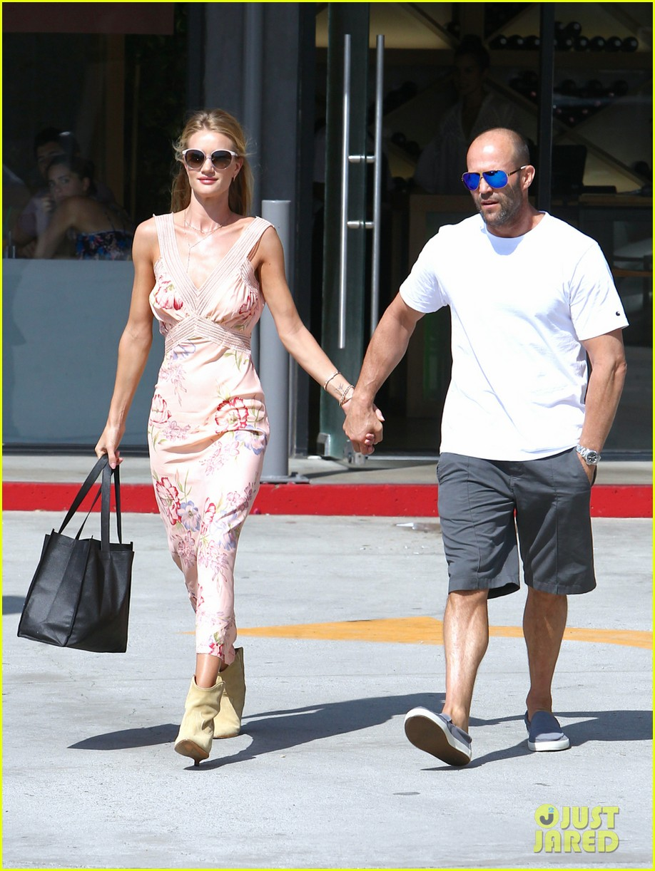 rosie huntington whiteley jason statham hold hands labor day weekend 01