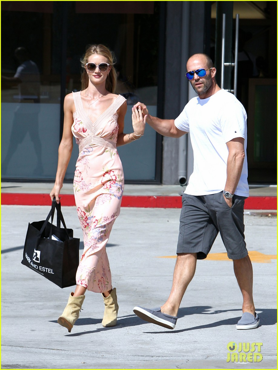 rosie huntington whiteley jason statham hold hands labor day weekend 11