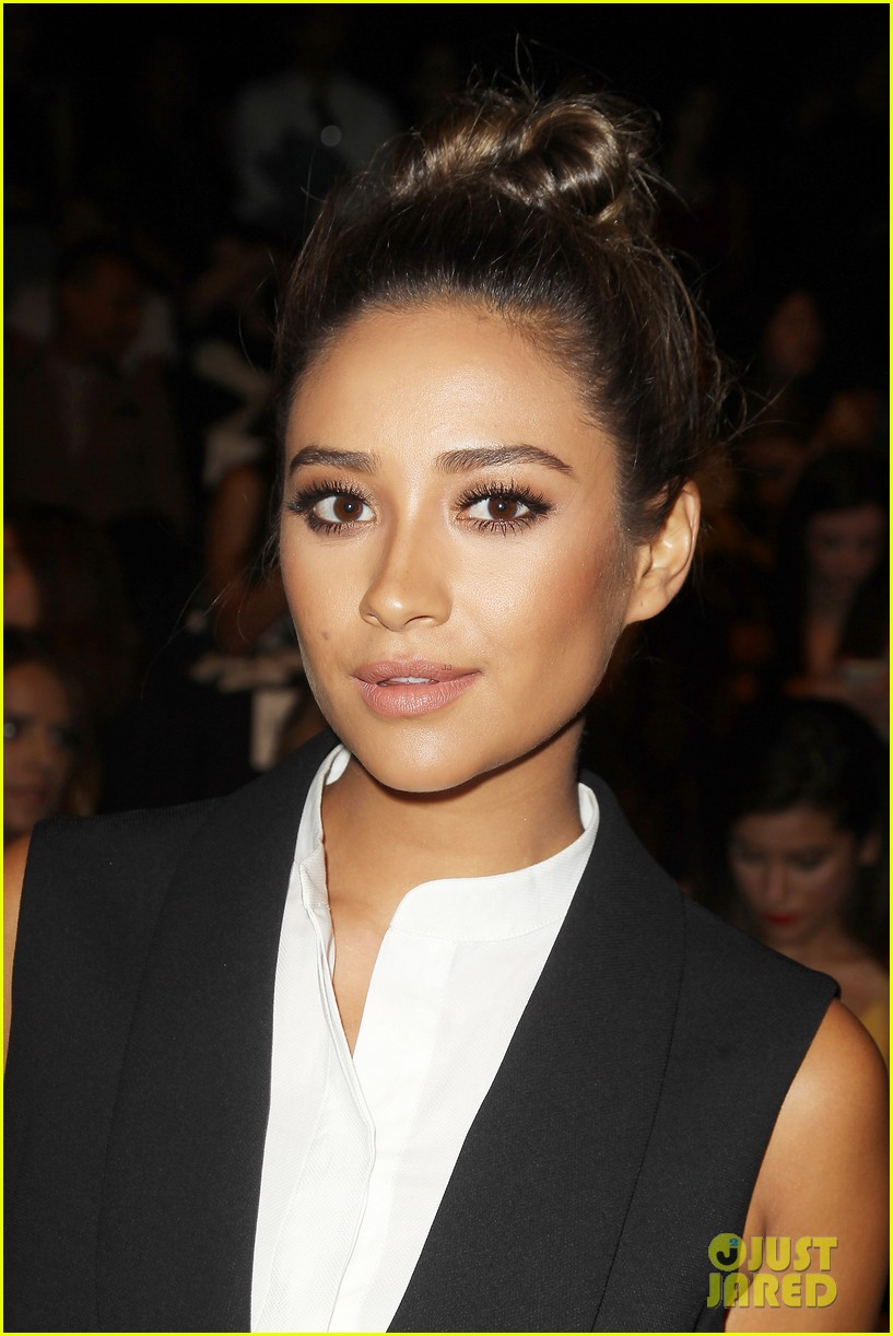 shay mitchell jamie chung bcbg fashion show 2014 033189216
