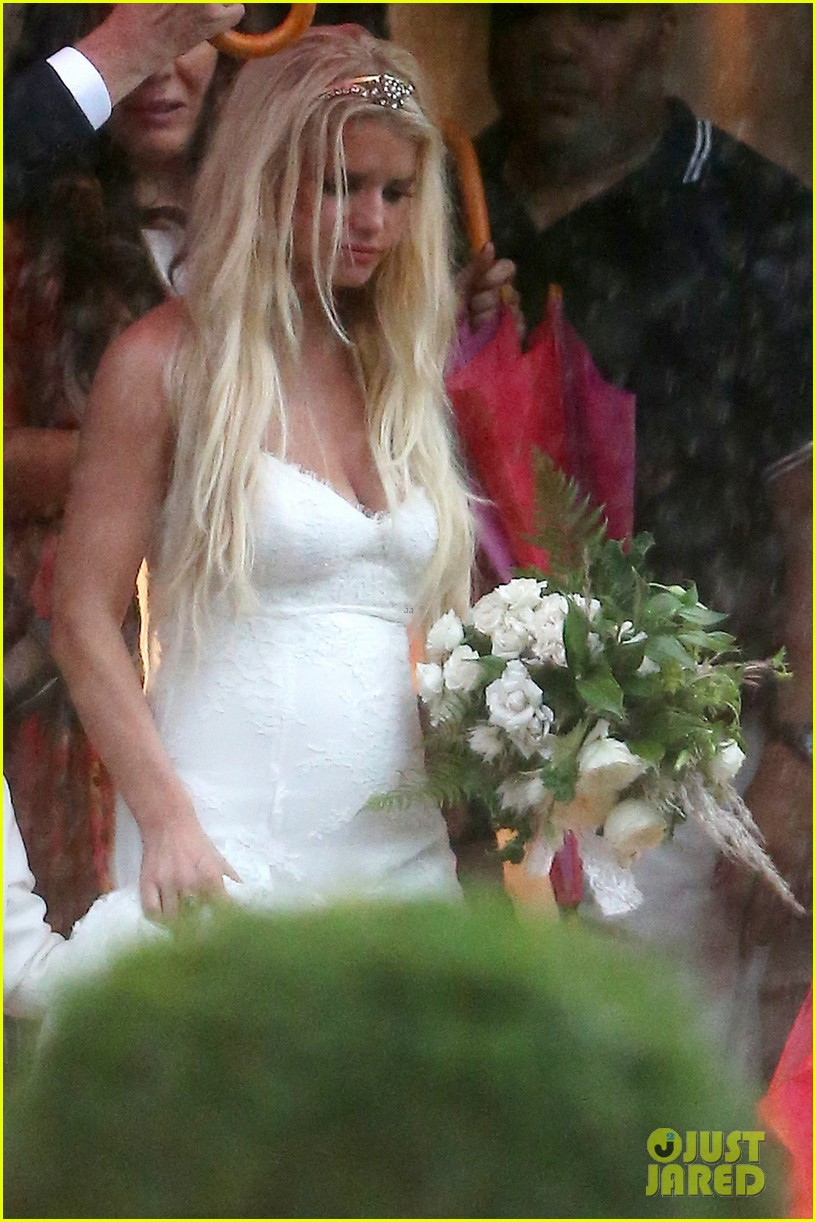 jessica simpson braves the rain for sister ashlees wedding in connecticut 05