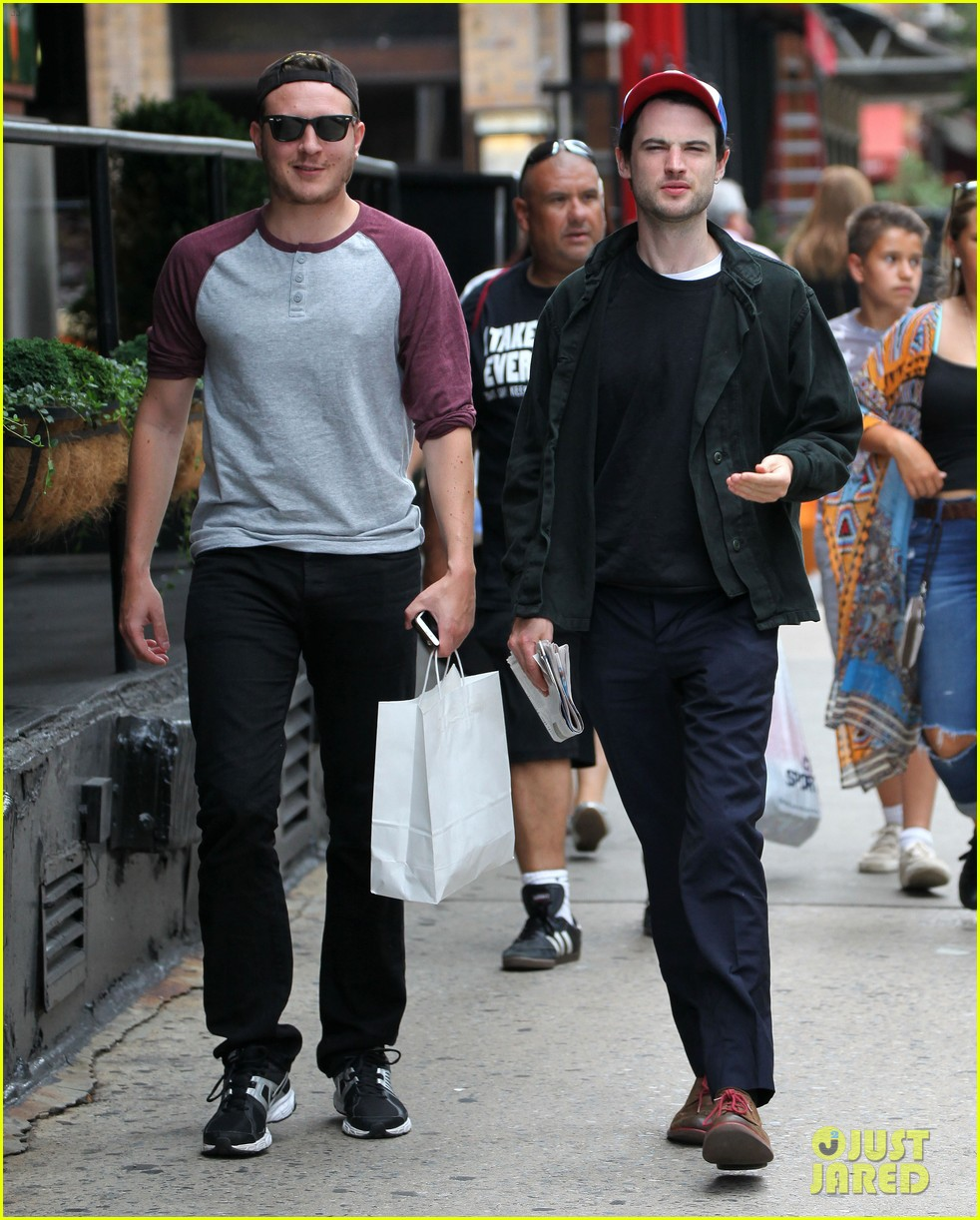 tom sturridge goes clean shaven in new york city 073187891