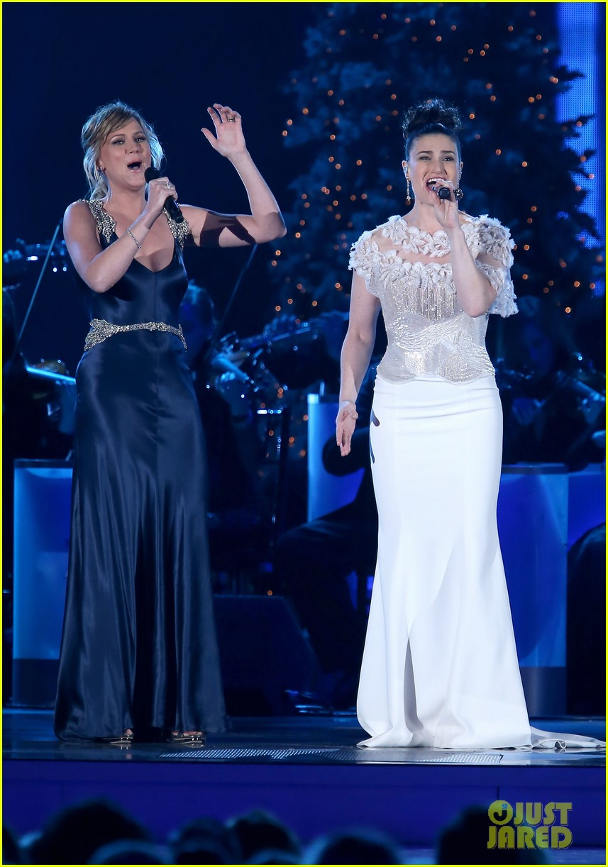 Leann Rimes Amp Idina Menzel Rock Holiday White For Cma