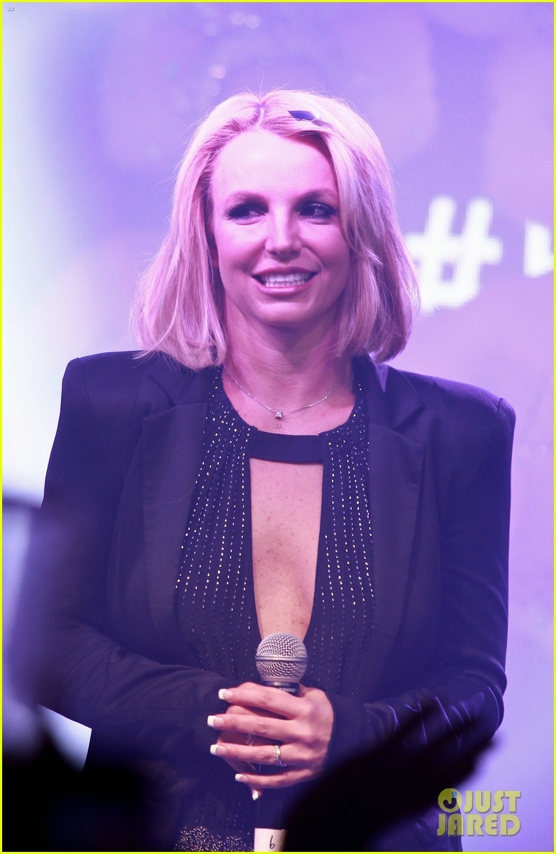 Full Sized Photo of britney spears receives the key to las ... Britney Spears Vegas 2017