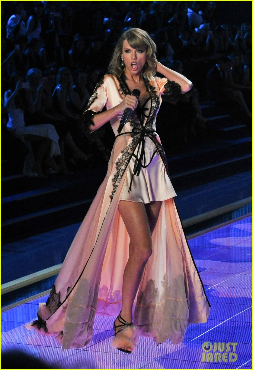 Taylor Swift Makes It Really Sexy During Victoria 39 S Secret Fashion Show Performance Photo
