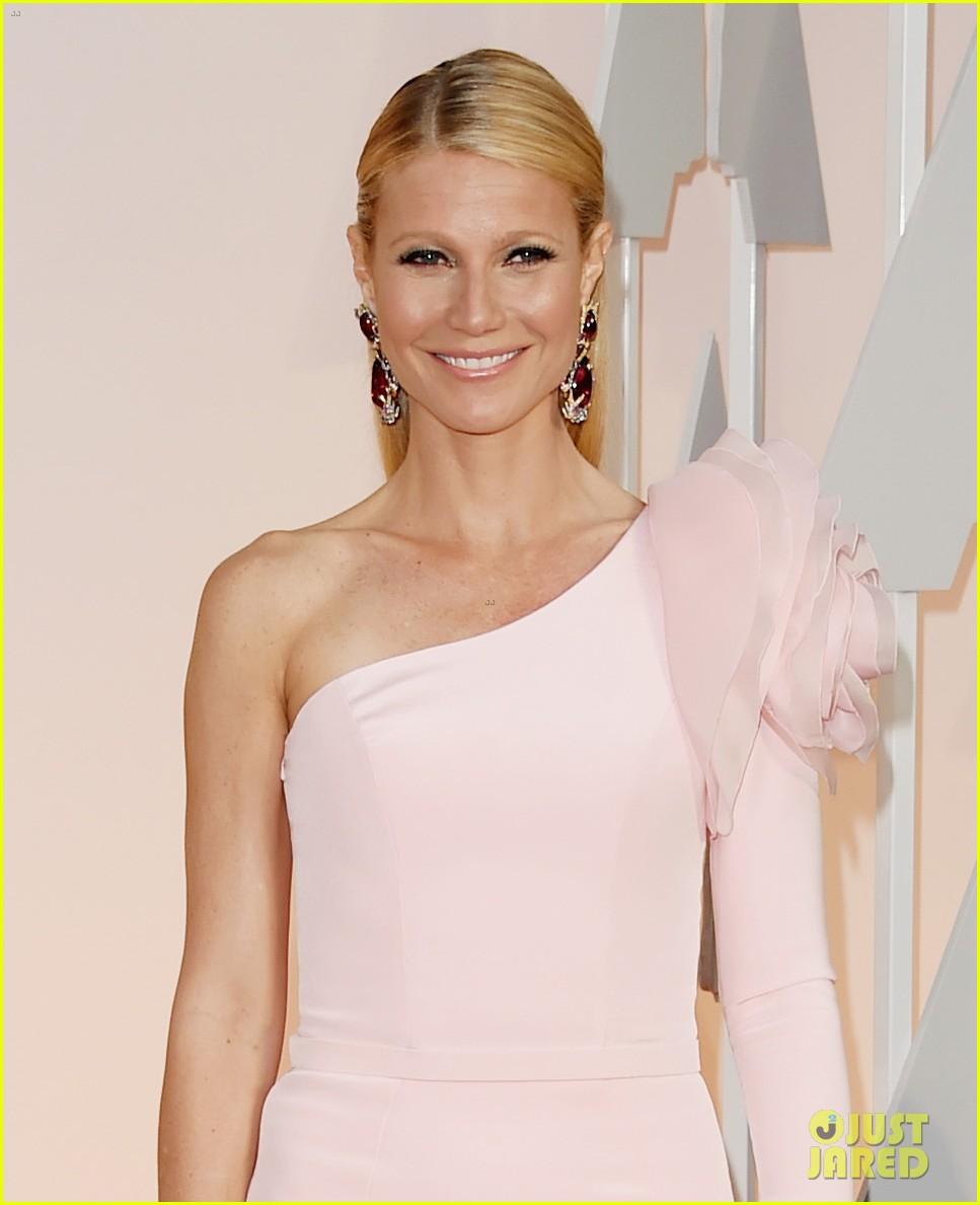 Gwyneth Paltrow Has a Giant Shoulder Flower at Oscars 2015 Gwyneth Paltrow
