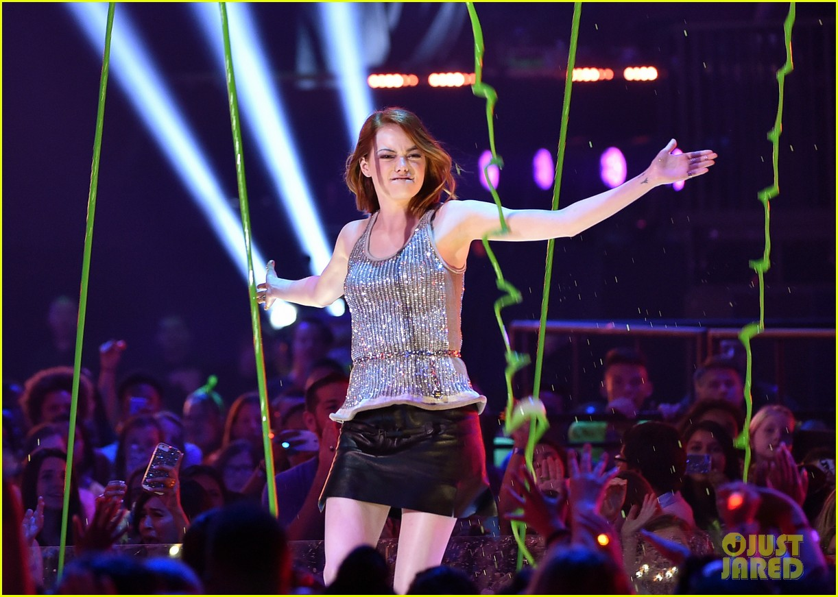 http://cdn03.cdn.justjared.com/wp-content/uploads/2015/03/stone-kcas/emma-stone-celebrates-her-win-at-the-kcas-2015-03.jpg