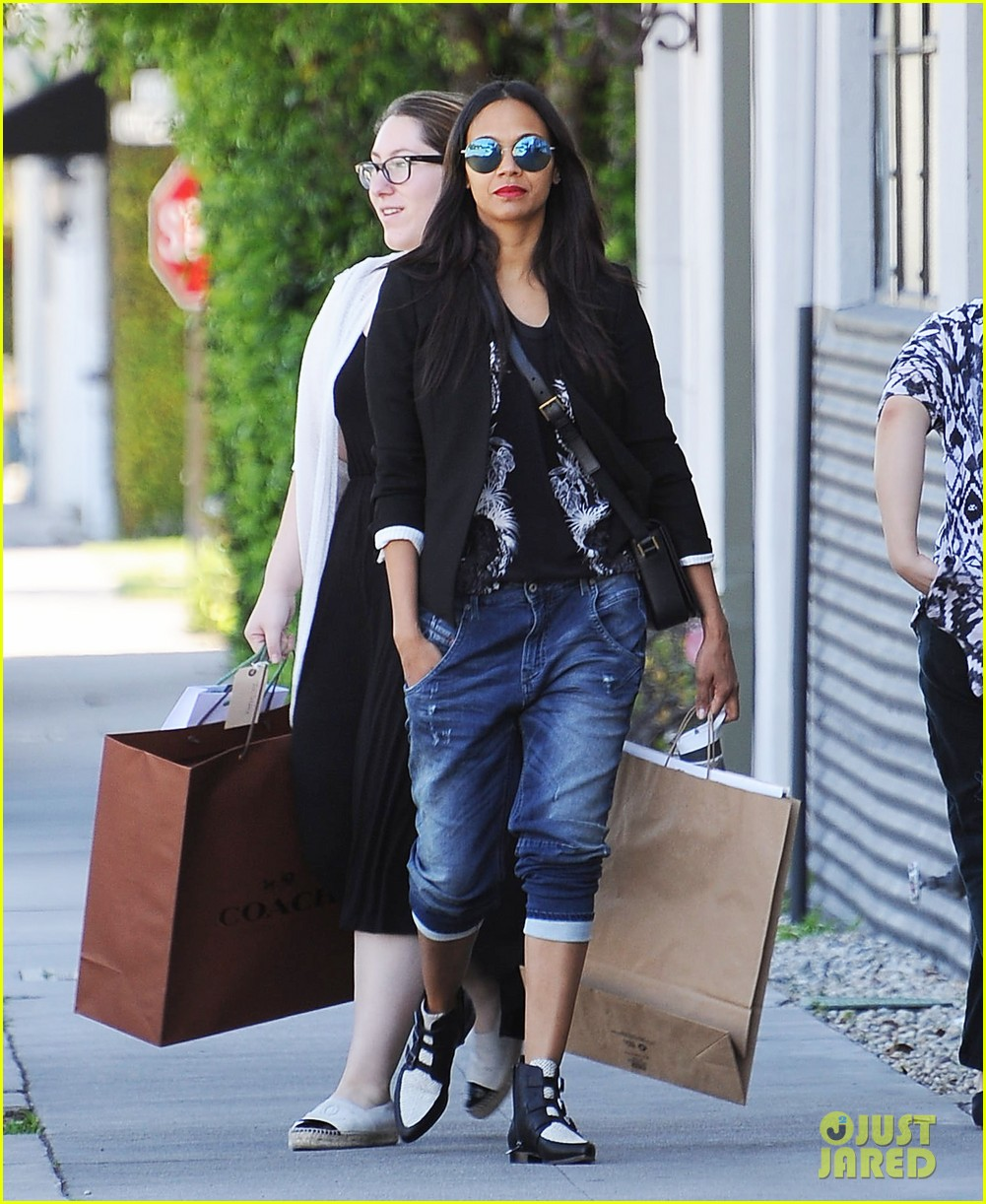 zoe saldana gives well wishes to harrison ford with a 39 star wars 39 reference photo 3320372 zoe. Black Bedroom Furniture Sets. Home Design Ideas