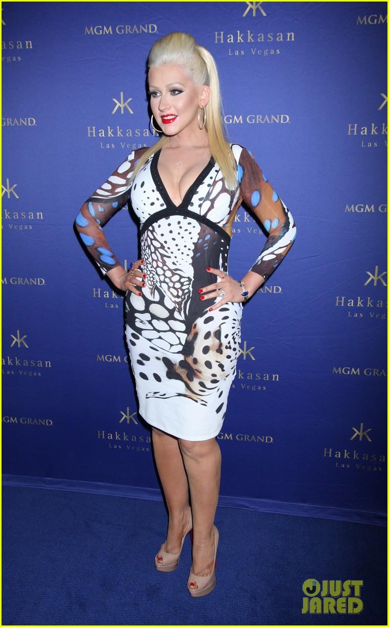 Christina anoche en Hakkasan Nightclub en las Vegas Christina-aguilera-busts-out-of-her-dress-at-hakkasan-celebration-01