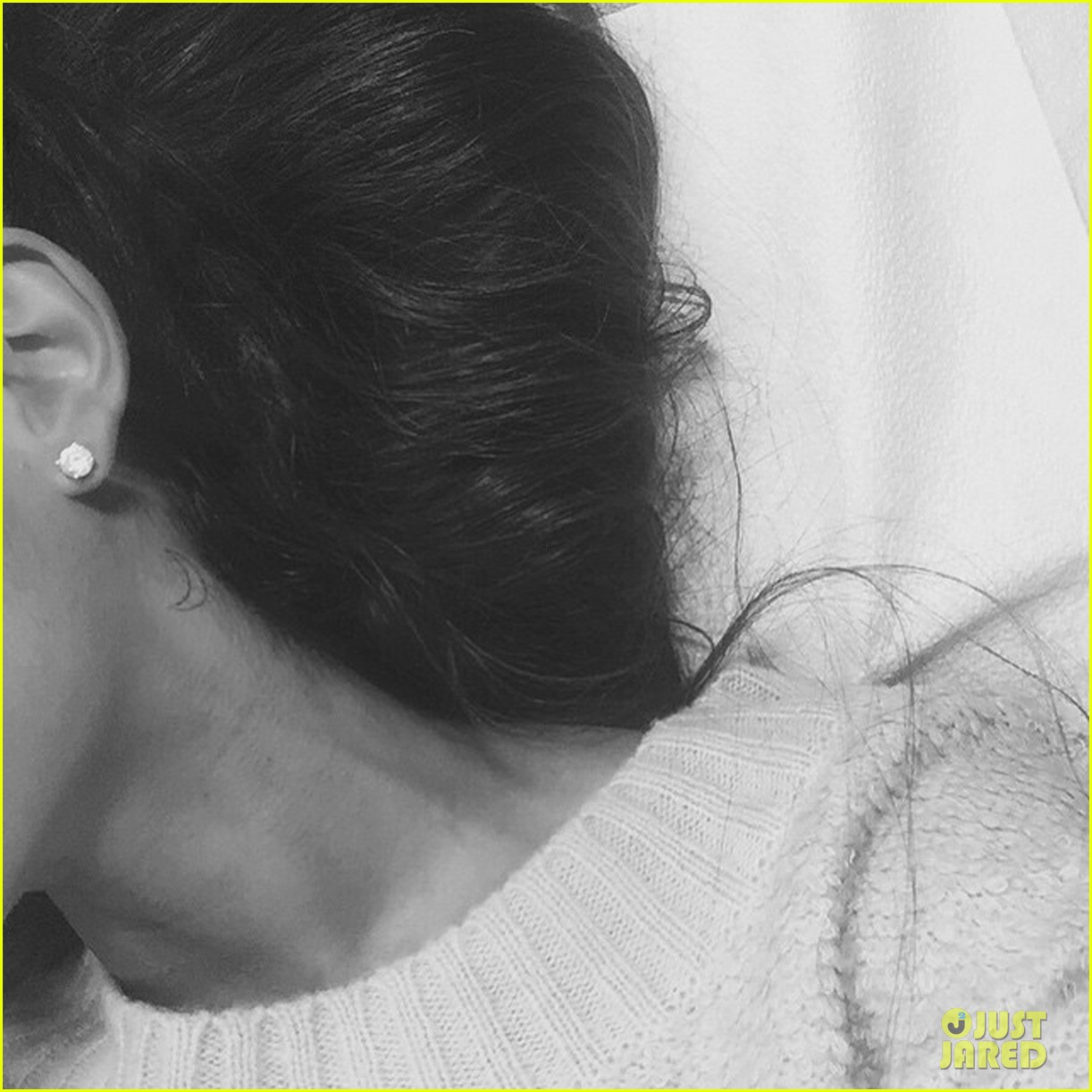 Ariana grande new tattoo - Ariana Grande Gets New Moon Tattoo On Her Neck See Pic