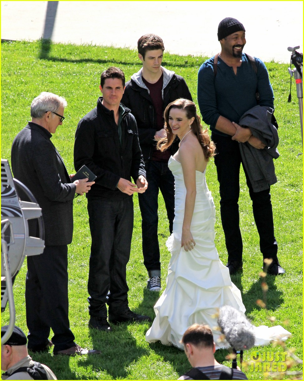 Victor Garber Attends Spoiler S Wedding On The Flash