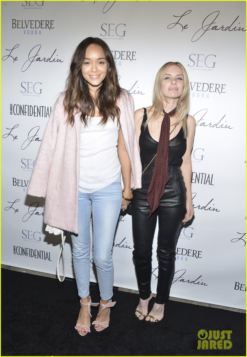emily vancamp ashley madekwe have mini revenge reunion 023386352