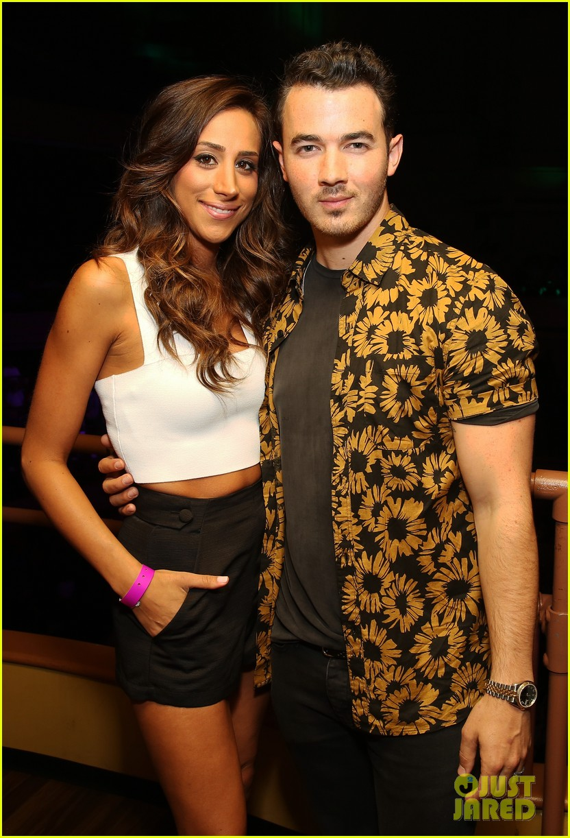 Danielle Does Makeup L L C: Nick Jonas Gets Support From Brother Kevin & Wife Danielle