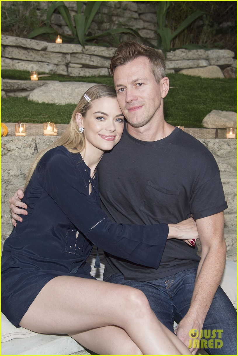 jaime king hosts feastgiving at her home 123493109