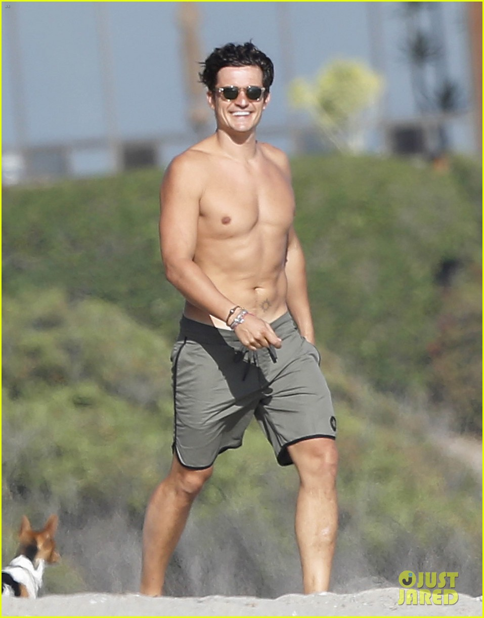 Orlando Bloom Looks Ripped While Shirtless on Malibu Beach: Photo 3476971   Kenny Chesney, Laird