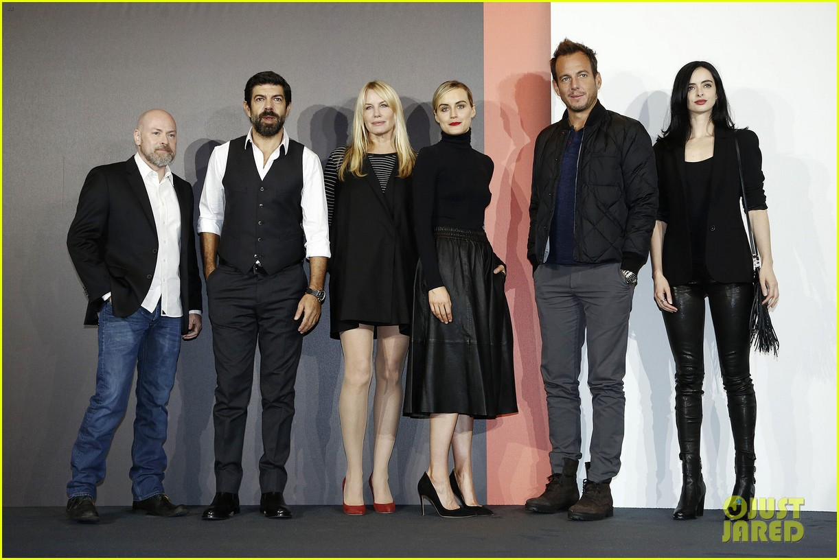 http://cdn03.cdn.justjared.com/wp-content/uploads/2015/10/schilling-milanet/taylor-schilling-krysten-ritter-switch-it-up-for-netflix-milan-launch-08.jpg