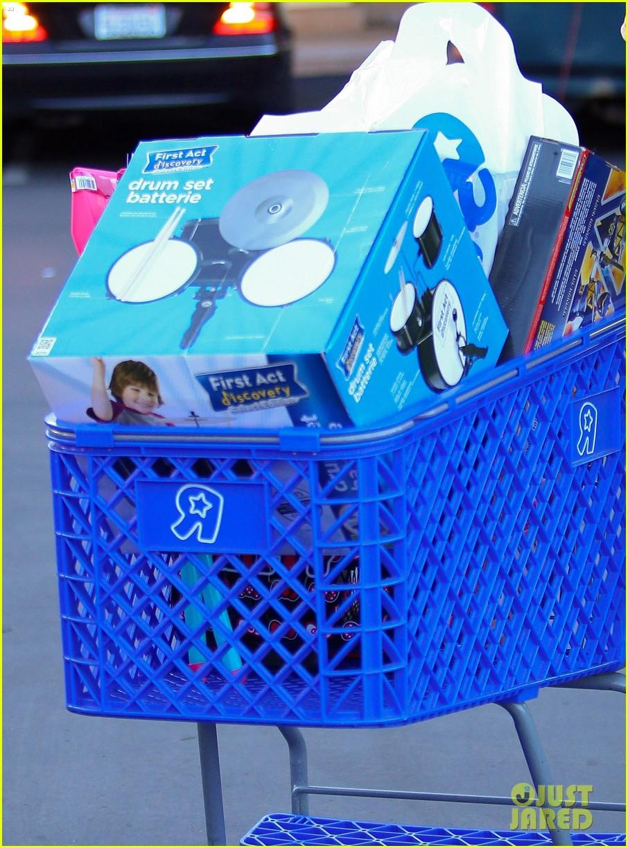 Toys Are Us Christmas Gifts : Kourtney kardashian donates to children gift wrappers