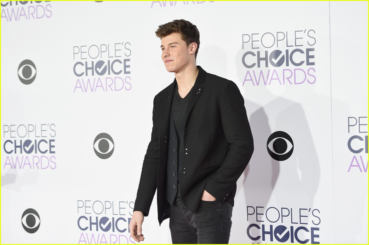 Full Sized Photo of shawn mendes 2016 pca arrival 05 ... Orlando Bloom Paddle