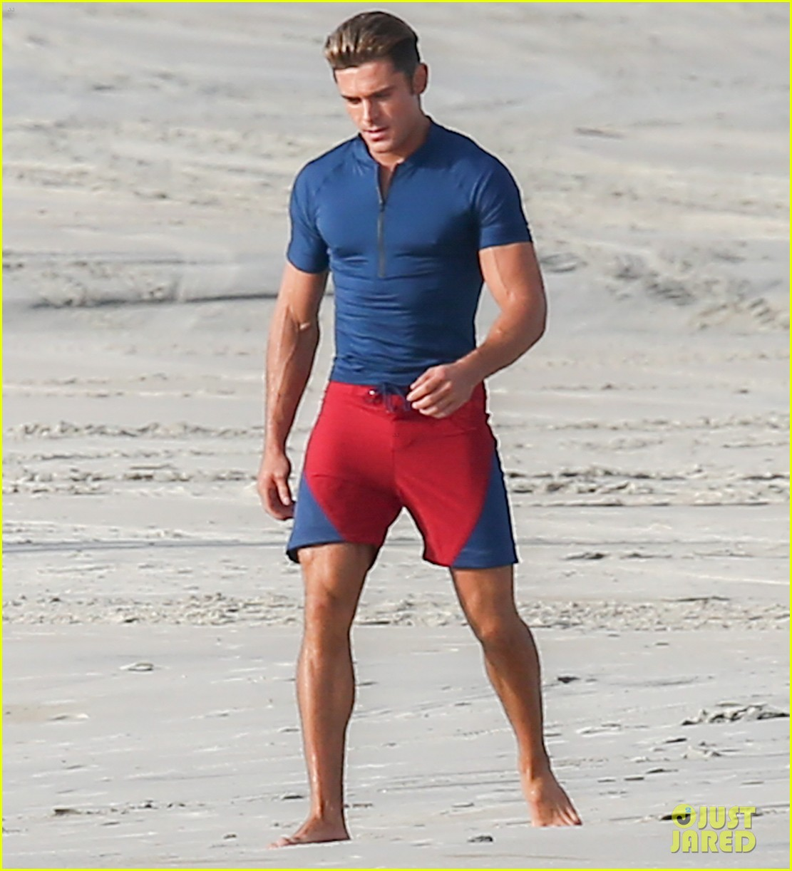 Zac Efron S Tight T Shirt Shows All His Muscles On