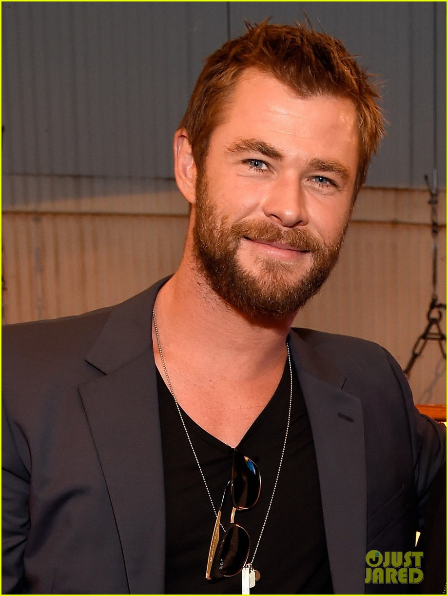 The 33-year old son of father Craig Hemsworth and mother Leonie Hemsworth, 1.91 cm tall Chris Hemsworth in 2017 photo